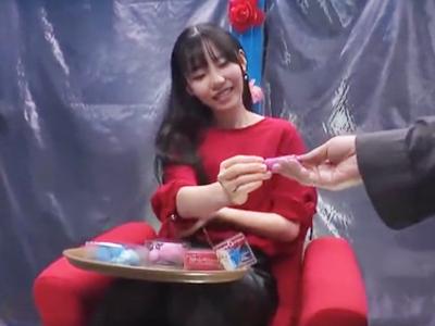 玩具を興味津々で試して感じてたら流されてチンポハメられたオバカ美少女w
