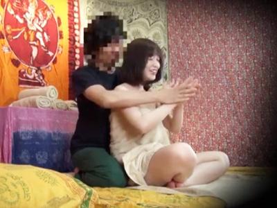 日本語が通じない外国人マッサージ師に生ハメ無許可中出しされる巨乳妻w