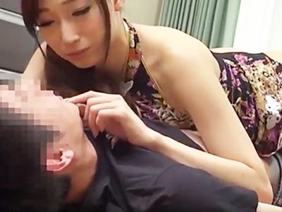 「目つぶって‥?」スレンダー痴女なAV女優に押し倒されて精液絞られる男性メイクさん
