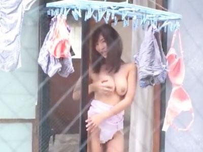 ガラス越しで半裸で誘惑してくる痴女お姉さんに我慢できずに中出しパコ