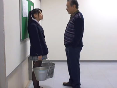 廊下に立たされた美少女がハゲ教師に強引に迫られて→生中出しパコ展開