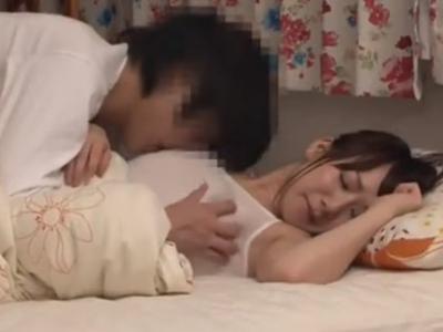 無防備寝姿で童貞を誘って中出しセックスに持ち込むビッチ妻