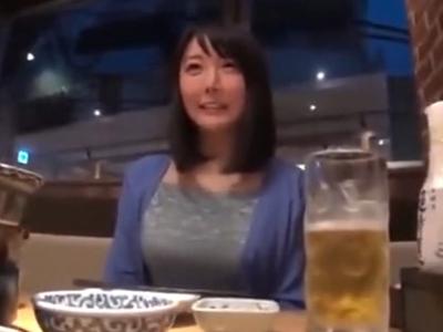 巨乳自慢な素人妻を自宅に連れ込み顔射ハメ撮り!