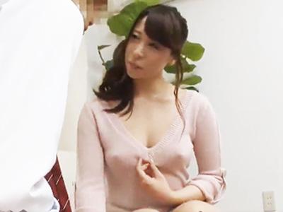 エロい下着を見せつけて隣人の学生を誘うヤリマン若妻と濃厚な不倫ファック