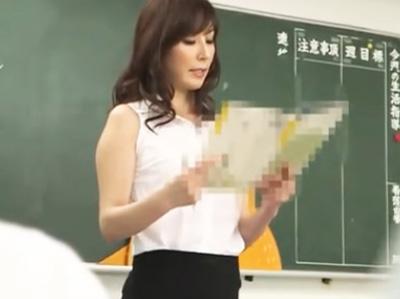 いい年してミニスカ履いてる美熟女教師が放課後にお気に入りの生徒をフェラ抜き奉仕