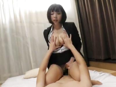 昼休み数十分の間にAV撮影して膣内にザーメン蓄えて勤務に戻る美少女OLw