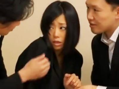 黒髪ショトカのちっぱいロリ美少女がぱっくりアナルに太マラ突っ込まれてアへイキ