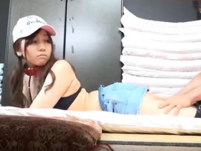 隣の部屋で彼氏が待っているのに簡単に股を開いてNTRパコしちゃうヤリマンのビキニ娘