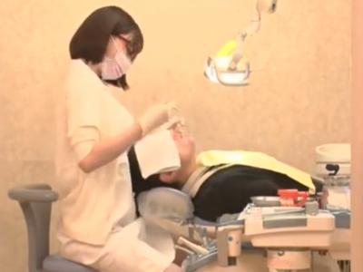 「もうイキそうですかぁ~?」エッチな歯科助手がフェラ&手コキサービス!