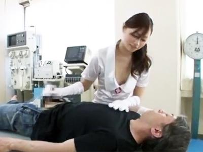 「え‥ちょ!?」女医さんの手袋手コキが気持ちよすぎて暴発→院内で中出しFUCK