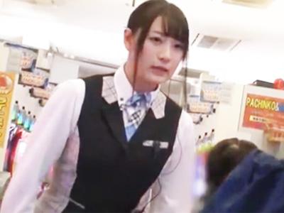 パチンコ屋の美少女店員を店内でハメ倒して顔面にザーメンぶっかけw