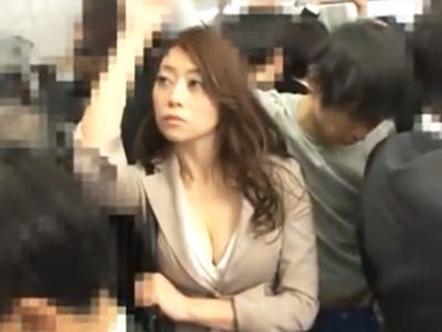 電車で股間を押しつけてきた男をトイレに連れ込みパコっちゃう痴女w