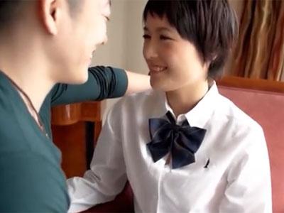 ショートカットの制服美少女が未成熟なロリマンに挿入されてアクメ
