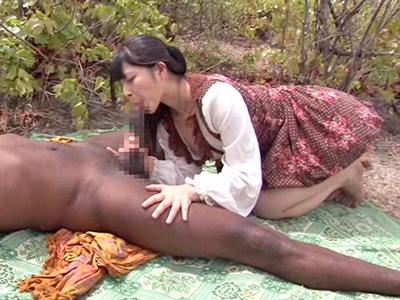 上原亜衣ちゃんがアフリカ現地のクロンボと野外セックス!
