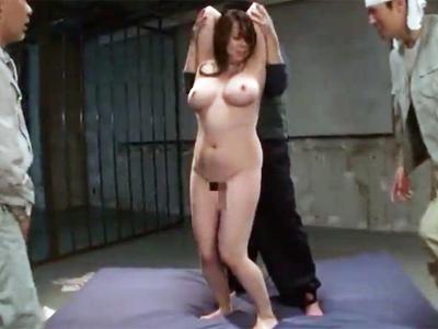 現場作業員が飢えた性欲をぶつけるのによさそうな豊満熟女を拉致ってローション輪姦