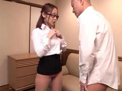 真面目な既婚者部長がメガネ痴女OLに囁き誘惑されて骨抜き射精w