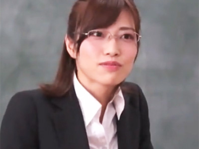 生徒の悪戯で利尿剤を飲まされたメガネの美人教師が失禁快楽に溺れて肉便器化