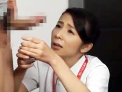 「こんなに大きくしちゃってぇ‥」生膣で患者の精液を採取するベテラン看護婦