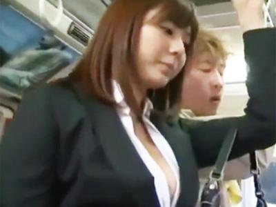 バス内で発見したタイトスーツの巨乳OLに肉棒を擦り付けてデカ尻に精液発射