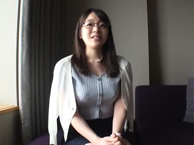 真面目そうな京都の色白巨乳メガネ素人が天然巨乳を揺らしながら悶える