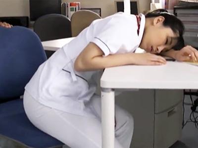 「だめっ患者さんっ!」夜勤中に疲れて居眠りする巨乳看護師を犯す患者w