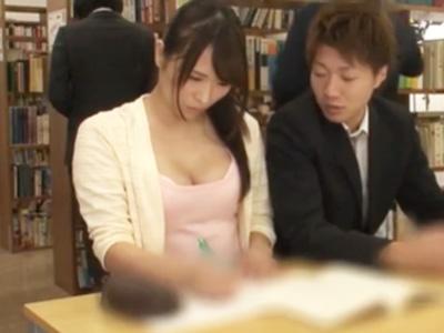 静まり返る図書館で胸チラ娘を拘束して中出しレイプw