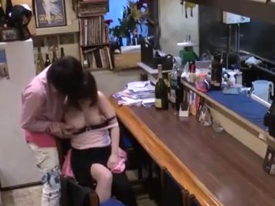 酔いつぶれた爆乳めがね素人と居酒屋店内でパコ!盗撮してるとも知らずにイキまくりw