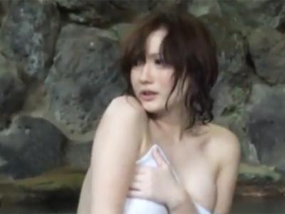 彼氏と来てるのに露天風呂の岩陰で他人チンポに悶える巨乳彼女