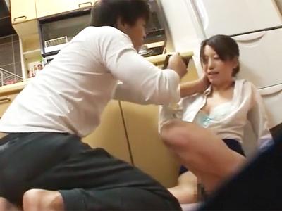 「お願い帰らせて‥!」派遣家政婦お姉さんを押し倒して乱暴に犯すクソ客