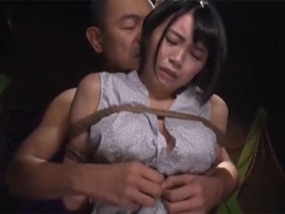 縄で拘束されたショトカ美少女が強制フェラで口内射精され悶絶