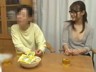 一見真面目に見える眼鏡美女が胸元ざっくり見せて誘惑→ガチフェラ抜き