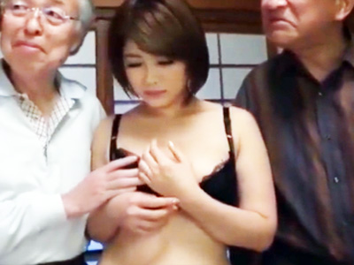 旦那とレス続きで欲求不満の爆乳妻が同居する義父とその老人仲間に輪姦されるw