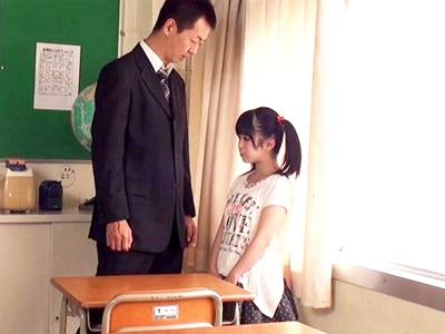 134cmのガチロリ少女の小さな身体に大人チンポが容赦無く突き挿さる!