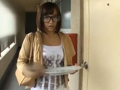 アラレちゃん意識した眼鏡を着用したお姉さんに誘惑され中出しパコ