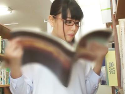 「嫌なのに‥気持ちいい‥」制服美少女が図書館で痴漢男の肉棒に過剰反応して感じちゃうw