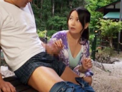 キャンプ場で青年のデカチンを見て発情した人妻が青姦ファックで悶絶アクメ