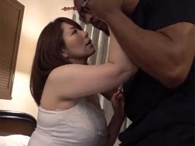 欲求不満なムチムチ熟女妻が黒人チンポで何度もイキまくり