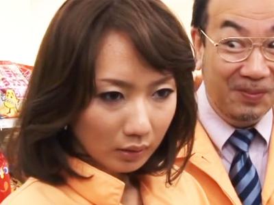 バイト先の店長にセクハラされた末に逆らえず体を許してしまう美熟女