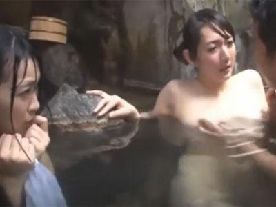 混浴温泉で淫乱な母娘を即ハメ→オナ禁ザーメン全放出