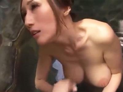 巨乳お姉さんが温泉内で勃起チンポを本気のフェラチオ抜き