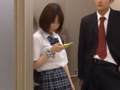 制服姿の美少女JKがエレベーターのドアに挟まってしまい→無慈悲な中出し展開