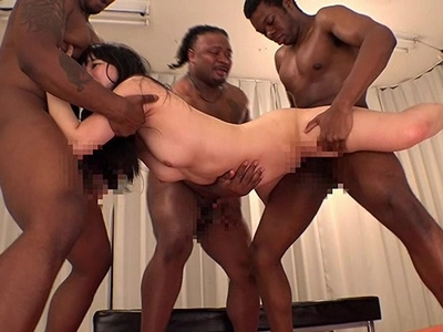 「頭おかしくなるぅ!」ロリっ子が黒人3人のデカマラで精神崩壊