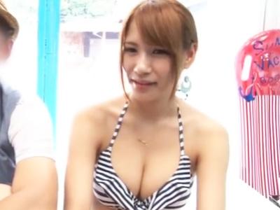 スタイル最高なデカパイ水着彼女を乗車させ彼氏を外に放り出しNTRハメ膣中射精w