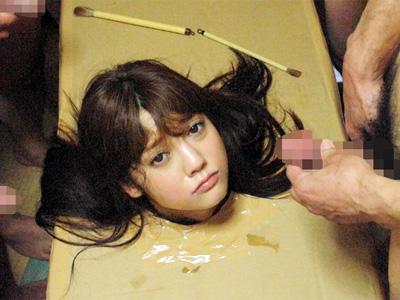 ダンボールに箱詰めさらし首状態の美少女が顔から体内まで大量ザーメンで埋め尽くされる
