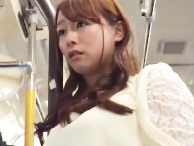 満員バスに乗り込んだ淫乱お姉さんが学生に逆痴漢してこっそりパコ