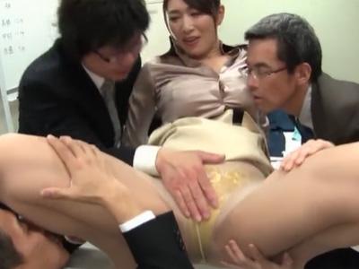 性欲旺盛な部下たちのザーメンを搾り抜くスケベな巨乳の女社長w