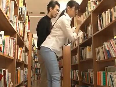 メガネ美人な司書さんを図書館の死角で痴漢レイプ!