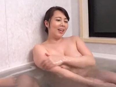 ムチムチ体形の熟女妻が入浴中いに介護相手の爺のチンポを性処理