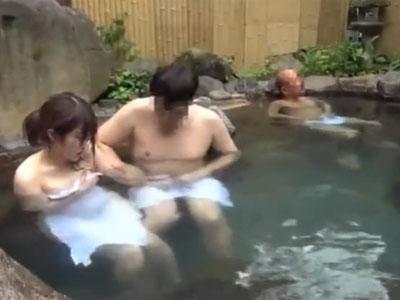 「ちょ‥止めてくださぃ‥」混浴温泉で突然レイプされてしまう美女