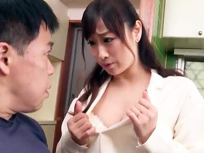 欲求不満の美人妻が宅配のおっさんを大胆誘惑してセックスを堪能w
